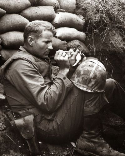 historicaltimes:  The marine and the kitten, Korean War, 1952. Read More