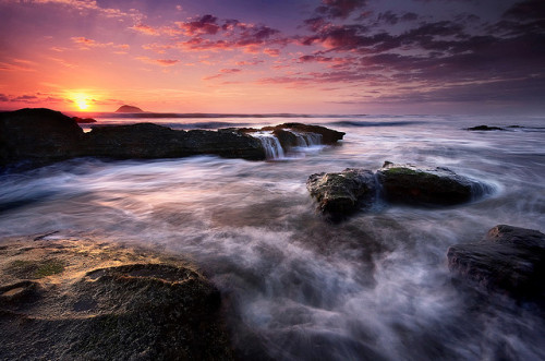 neptunesbounty:  Maori Bay Inferno by Chris Gin on Flickr.