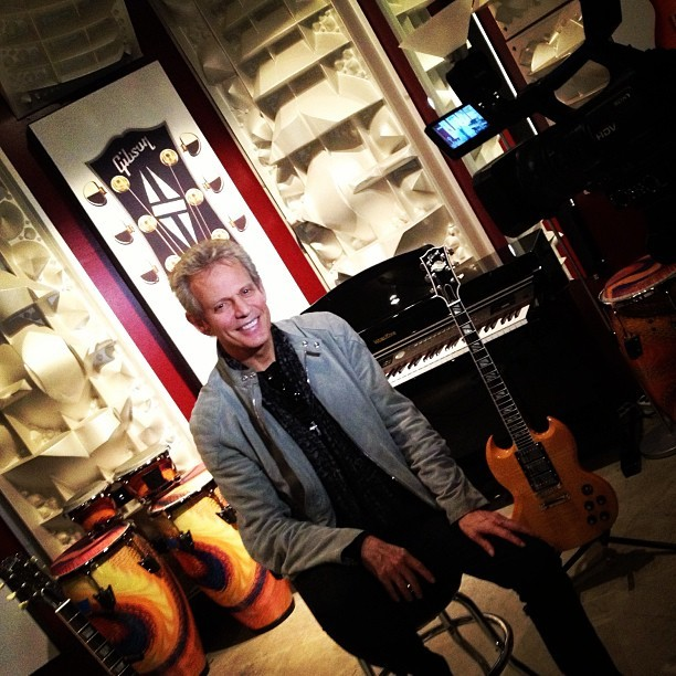 @donfelder talking shop w/ @ArtisanNews - @gibsonguitar #RoadToForever #Word (at Gibson Showroom)