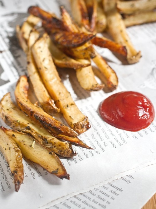justbesplendid:  Balsamic herb oven fries by The Wannabe Chef Ingredients(Makes about 4 servings): 1lb Russet potatoes, scrubbed and washed 2 Tablespoons balsamic vinegar 2 Tablespoons extra virgin olive oil 1 Tablespoon herbes de Provence 1 teaspoon salt 1/2 teaspoon black pepper  Method: Preheat your oven to 350 degrees. Slice the potatoes into 1/2-inch thick fries lengthwise. Toss the fries with the oil, vinegar, herbs and seasonings Lay the fries out in a single layer on a non-stick baking tray Roast the fries for 45 minutes to an hour until the ends brown. Remove the fries from the oven and serve hot.