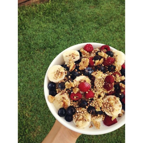 ocfitness:  cleanbodyfreshstart:  {four sliced bananas, frozen berries, roasted buckwheat, walnuts, linseed, millet, cinnamon and soy milk} happy sunday ✨ #vegan  a health and fitness blog run by a personal trainer.