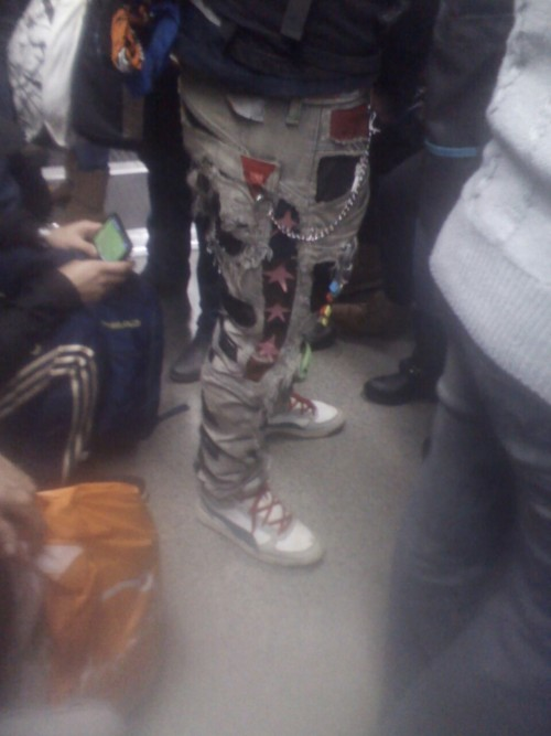 Pantalon de un hombre de 40 años en el metro, algo suave pa conquistar a las gerlas