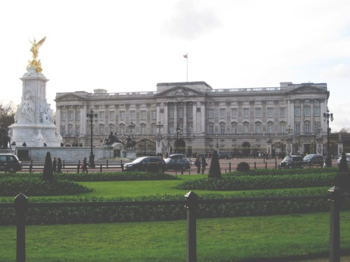 doing-it-the-funboy-way:  Flashback to the UK… Buckingham Palace on a Typical Winters Day