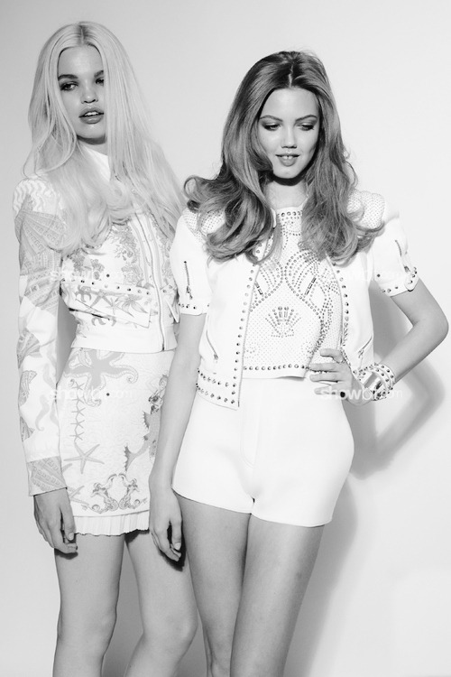 classic eternally-vogue:  oscar-de-la-runway:  Daphne Groeneveld and Lindsey Wixson  Fashion & Models. Need to follow more blogs like mine, message me :)