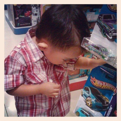 Memilih Hotwheel. #instapeople #instakids #children #instagram #hotwheel #toys #Indonesia