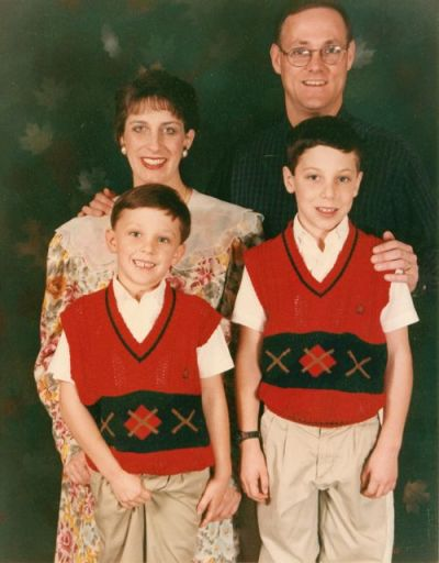 ihatemyparents:  luee:  family photos can suk deez nutz… AHA HA HA HA HA ^__^ (via juliasegal)