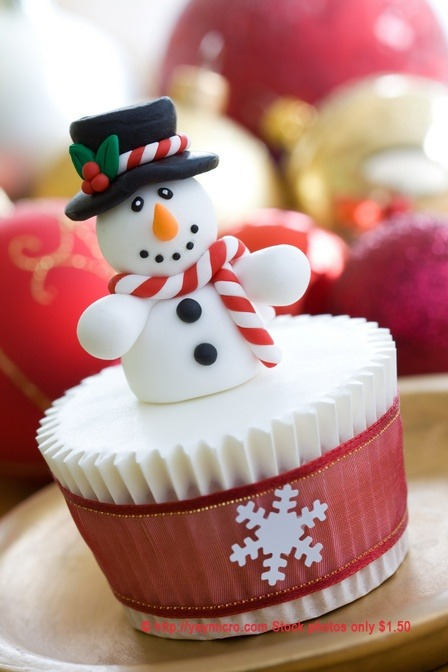 snowman cupcake. christmas is over and 2012 is ending! did you get a chance to play with snow and build a snowman? my dream… one day… to have a white christmas, build a snowman and have fun in the white fluffy land. via pinterest.