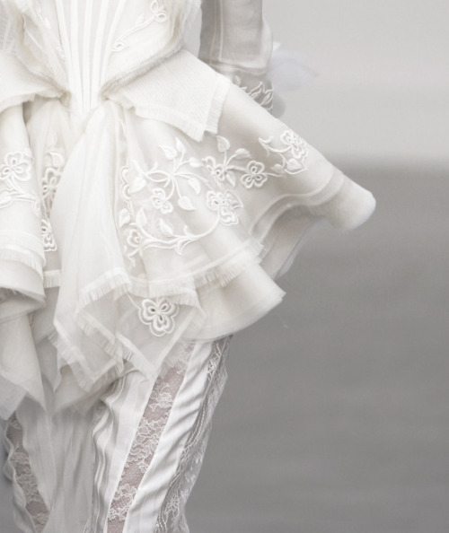 faded-lips:  tairadawn:  Balenciaga under Nicolas Ghesquiere, S/S 2006.  Yes