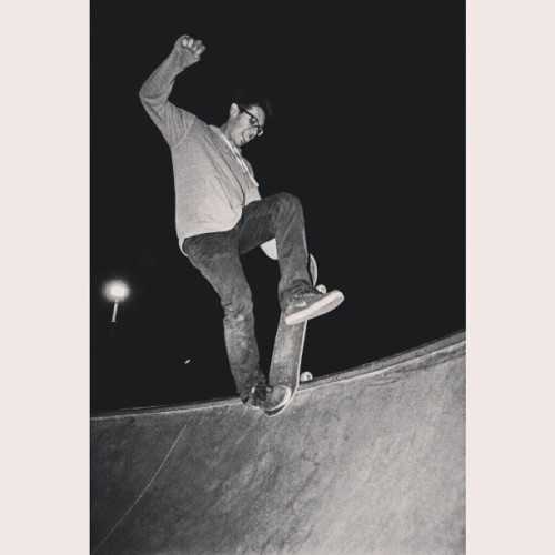 @rogerthat22 one foot blunt #skatepark #bellgardenskatepark #blackandwhite #skateboarding #bowl #night #lurker #hesh #iggypop