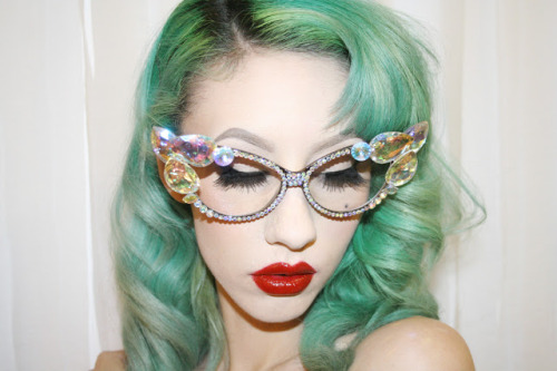 erthskyn:  Natasha Lillipore  those glasses !