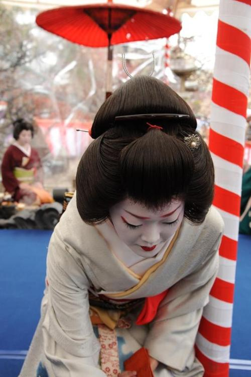 geisha-licious:  geiko Katsue serving tea to guests at Baikasai (SOURCE - KATSURAGINOKAZE BLOG)
