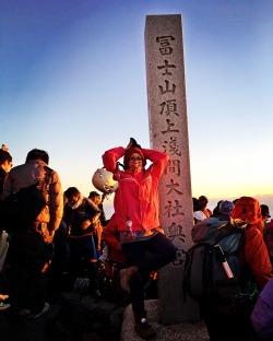 Pendakian Gunung Fuji, Yakin kamu mau 2 kali?!Gunung Fuji, ini gunung yang biasanya kelihatan dari berandakamar asrama kampus. Jauuuh sekali di cakrawala, jadi kadang sesekali lenyaptertutup pemandangan gedung-gedung yang gak tinggi (iya, ga ada gedung tinggidi sekitar Fuji) dan pegunungan lain (aku tinggal dekat gunung Takao, jadipegunungan lain biasanya menyamarkan pemandangan Gunung Fuji itu sendiri).Kali ini, tidak dari beranda kamar lagi, tapi langsung didepan mata! Rencana pendakian Gn.Fuji ini telah aku cita-citakan lama sekali,sejak dari awang-awang, sampai tidak percaya ternyata aku benar-benar bisamelakukannya. Berhubung awam, dan gak pede kalau pergi sendiri, karenagunungnya orang (bukan negara sendiri), aku pakai travel agen untuk pendakiankali ini. Tapi jangan salah, perhitungan dengan travel agent ini, setelah akumembandingkannya juga kalau dengan cara independent, ya wong sama saja lhoternyata biayanya, yaitu sekitar 20.000¥ (atau sekitar 2,3 juta rupiah) :DNb. Biar gak roaming, kurs tukar yen kr rupiah adalah sbb:1¥ = Rp124 18 Juli 20165th STATION – Subaru Line, 2305 MdplPukul 7 pagi, kami berkumpul untuk naik bus yang lokasinyatidak jauh dari stasiun Shinjuku, Tokyo. Dari sini kami menuju Mt.Fuji 5thstation untuk trek Subaru di prefektur Yamanashi. Jadi, sebenarnya Gn. Fuji memiliki 4 jalur resmi, yaituYoshida trail, Fujinomiya, Subashiri, dan Gotemba. Yang paling banyak dan seringdigunakan sebagai jalur pendakian adalah Yoshida, Subaru, dan Fujinomiya.Hampir semua treknya dimulai dari 5th station masing-masing. Mungkinkalau di Indonesia ini Pos 5 gitulah yak. Yap, dari Shinjuku langsung menuju 5thstation (berhenti sebentar di rest area dan rental gear sih) sekitar kuranglebih 3 jam dengan bus.  5th station Subaru, juga 5th stationGunung Fuji yang lain, lokasi-lokasi ini merupakan lokasi titik awal pendakian(2300mdpl), sekaligus lokasi wisata juga sebenarnya. Karena dari masing2 5thstation, Gunung Fuji dapat sangat jelas terlihat dan terasa begitu d