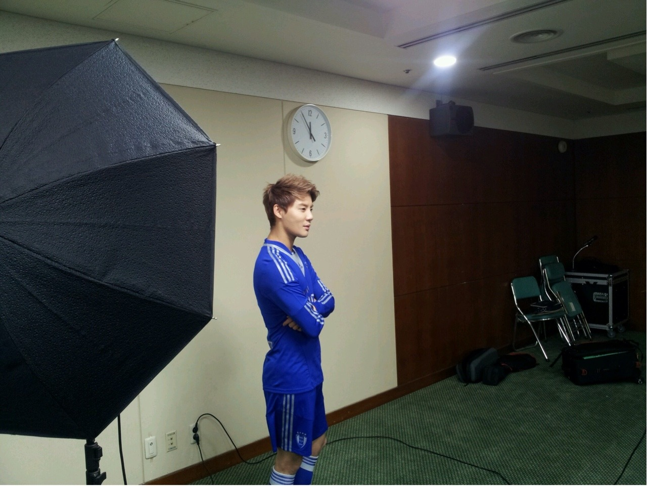 JYJ Naver LINE Update [3.17.13 KST] JYJ(KR):  I'm shooting my profile picture for 2013! Excited and nervous^^  JYJ(EN):  shooting 2013 profile! excited and nervous !!  Translated by: @XIAH_PressSource: JYJ Naver LINE + JYJ(EN) Naver LINE
