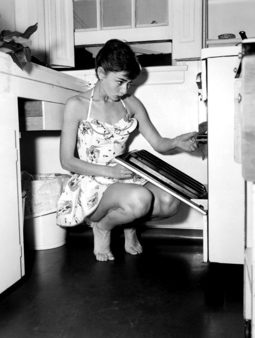 lottereinigerforever:  Audrey Hepburn cooking