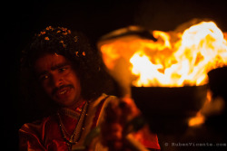 priest-performing-ganga-aarti-with-fire-by-ruben
