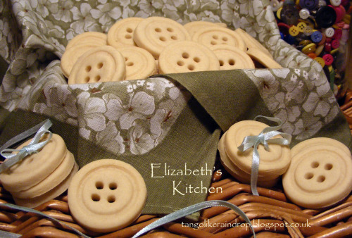 madewithlovemondays:  Button Cookies by Elizabeth's Kitchen