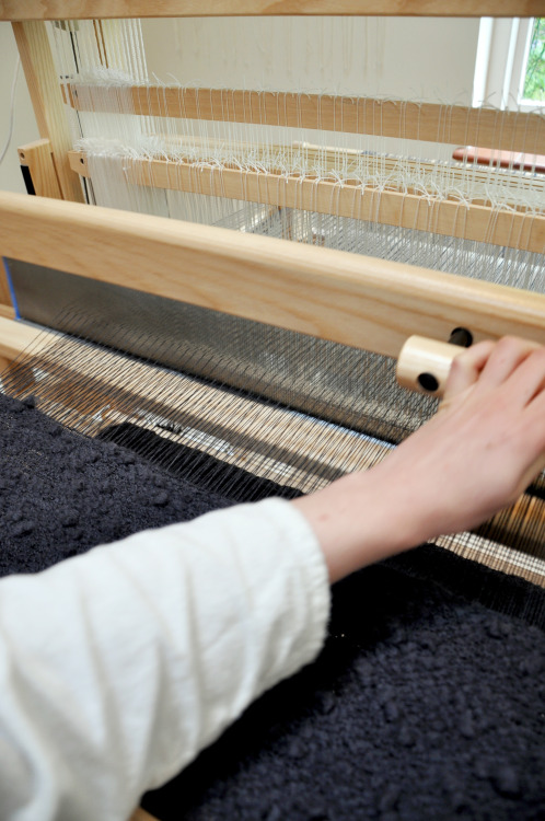 on the loom  |  beating in the hand spun wool weft, for a one of a kind, voluminous pullover blouse