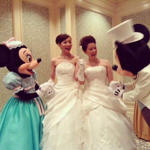 yumeninja:  phil-opon:  First Lesbian Couple Get Married At Tokyo Disney Resort - japanCRUSH  Omg how adorable everyone is!!!