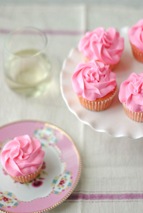 foodopia:  strawberry moscato cupcakes: recipe here