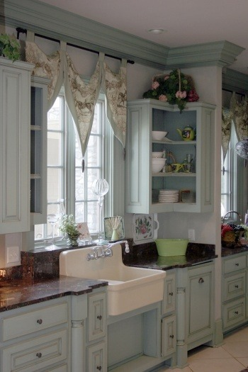 I love this kitchen, I have always wanted that sink!