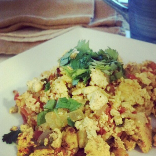 Happy 2 year Anniversary to my blog #naturallyvegan! #tofuscramble #tofu #vegan #plantbased #mexicanbreakfast #breakfast #veganfoodshare #coffee #corntortillas