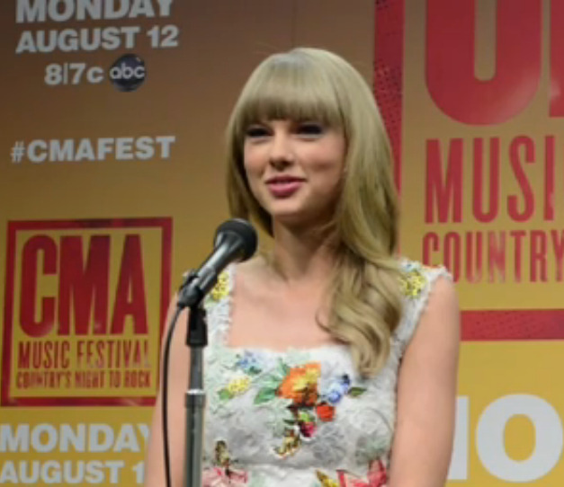 """This is Taylor's face when the reporter said """"Ed Sheeran"""" :) [Video]"""