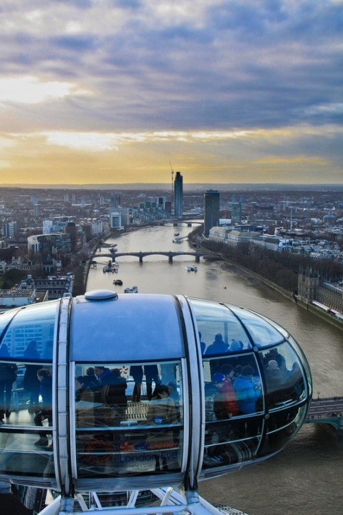 find-me-traveling-everywhere:  x  The futuristic pods of the London Eye.