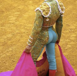 carry-on-my-wayward-butt:  matador more like mataDAMN