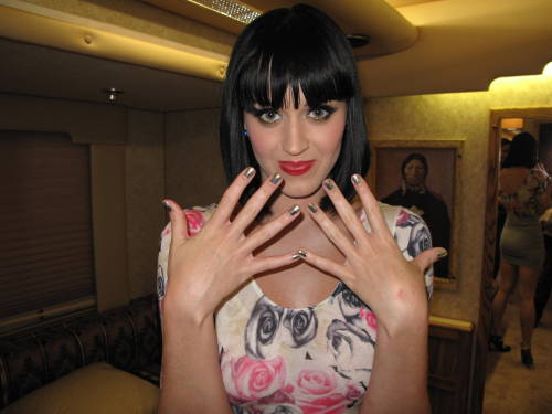 Katy as always showing her nails, look at the mirror behind