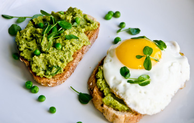 emigetsfit:  lemony pea puree on toast