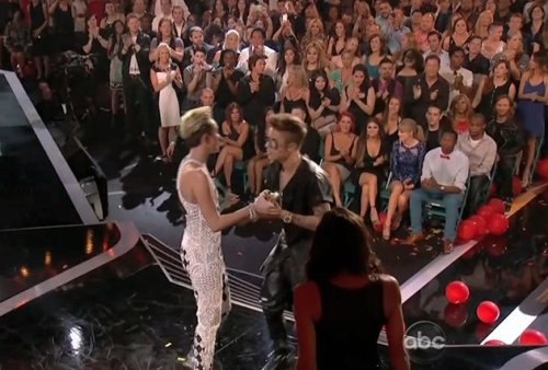 ignorantbread:  everyone gave Justin a standing ovation when he won except for that little circle around Selena what a queen
