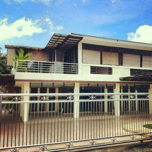 HOUSE FOR RENT WITH SWIMMING POOL. Located at Jalan Kebangsaan Lama, Brunei. 4 BED ROOMS, 4 TOILETS, 0.25 acre space, beautifully decorated Interior, furnished, monthly B$3,500 (negotiable). #houseforrent #brunei #miri #kualalumpur #labuan #singapore #kotakinabalu #kuching #sarawak #sabah #bruneiphotos #instabrunei #classifieds #forrent #instabru #brunika #gf_brunei #jalanjalansnap #snapshot