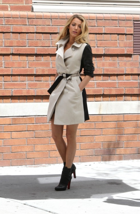 caligurls25:  Blake Lively seen having a photoshoot in the West Village, New York City