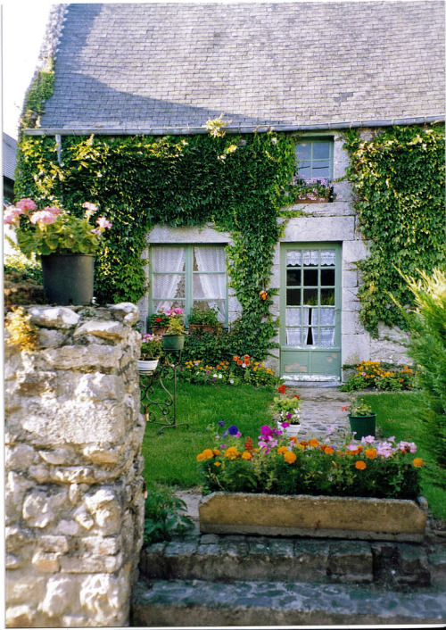 Cottage, Regneville sur Mer, Normandy photo by chasetheclouds via adriannetheamused: sweethomestyle: thelibertines