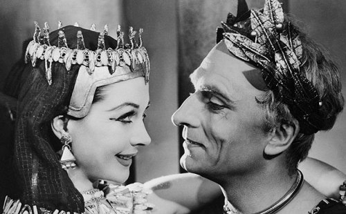 Vivien Leigh and Laurence Olivier as Antony and Cleopatra (1951) (via guardian.co.uk/corbis)