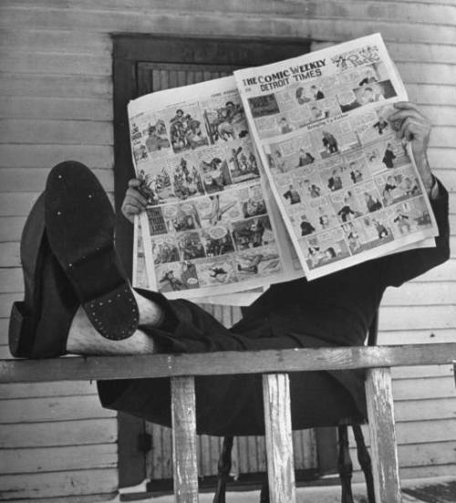 walkwhilereading: An unidentified man reading the comics section of the Detroit TIMES on a typical Sunday during WWII. 1943. Photo by Walter Sanders.