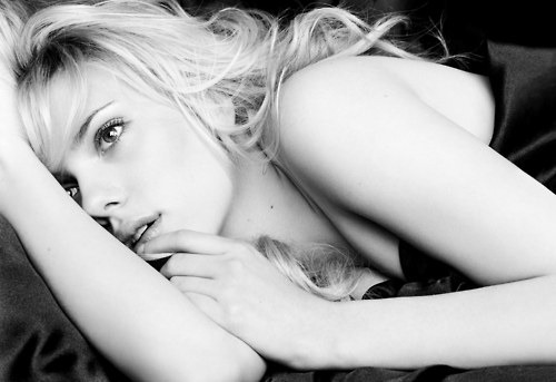 sampler:  black-and-white:  Scarlett Johansson (via cupcakemugshot)