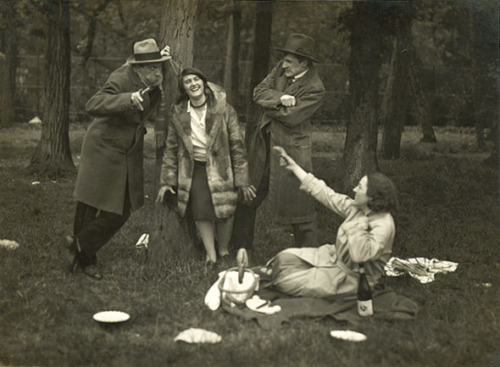 bremser:  André Kertész, A Picnic Party in Bois de Boulogne, Paris, 1929  (via eiramisu) what a fun looking group of mecs and meufs