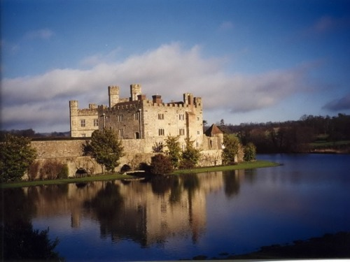 pagewoman:  source:pinterest.com Leeds Castle,Kent,England.