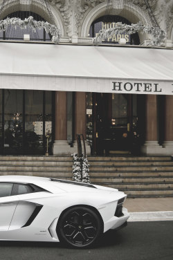 couturekitty:  Aventador in front of Hôtel de Paris in Monte Carlo.