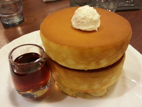 cannibananabalist:  lass-of-glass:  WHAT HOWO ARE THESE PAANCAKES IM GONNA PUNCH THAT BUTTETR  that is a very strong reaction to pancakes