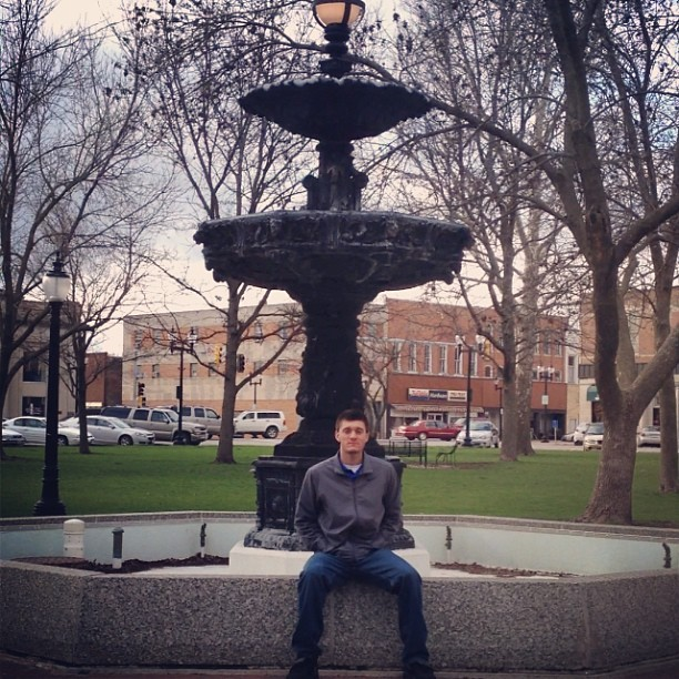 Coolin it here in Iowa. #Iowa #Wesleyan #College #basketball #chilling #cooling #cold #freezing #snow #WhyAmiInIowa #fountain #chill #fun #vacation