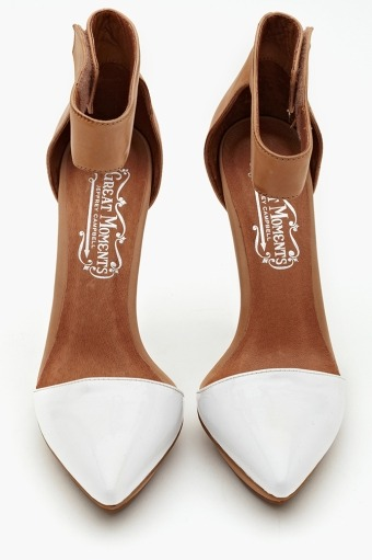 parisianistshoes:  Jeffrey Campbell  Prepare for the pointed toe peek-a-boo. Making an appearance in 2013 fashion.