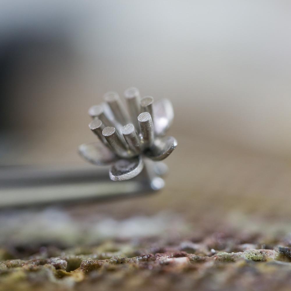 ジュエリーの制作風景 お花のエンゲージリング プラチナ 屋久島でつくる婚約指輪 クローズアップ