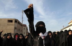 fotojournalismus:  Bahraini women chant anti-government slogans during a mourning procession for Qassim Habib, 8, in Manama, Bahrain on Jan. 30, 2013. Clashes erupted after the procession for the boy, who opposition groups say died from respiratory problems triggered by heavy tear gas. [Credit : Hasan Jamali/AP]