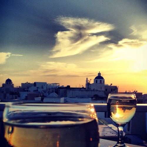 White wine and a #Santorini #sunset (at Οία (Oia))