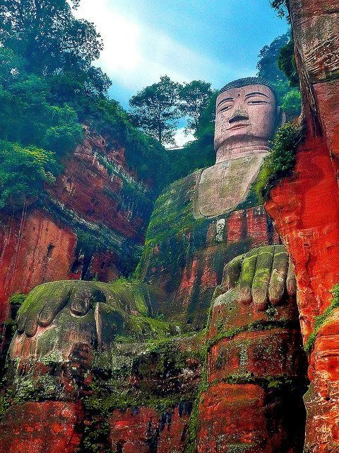 rob1ch:  Leshan Giant Buddha in Sichuan China  My god, those colors….