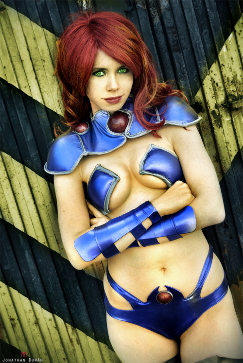 Starfire Cosplay  Florencia Sofen Muir - Jillian - Whitelemon as Starfire [Koriand'r] Red Hood and The Outlaws - DC Comics - New 52
