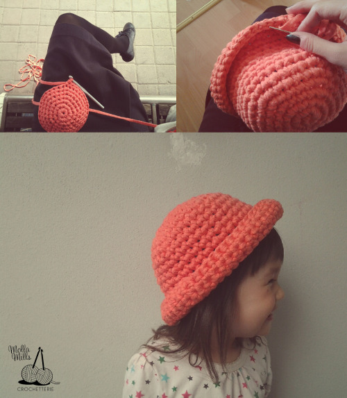 Have a look at this tiny cutie! It's my niece Emili in a coral bowler hat I made her while waiting for a train. Bowler hats in adult sizes are sold in Paloni, these small sizes also will be for sale during the summer.