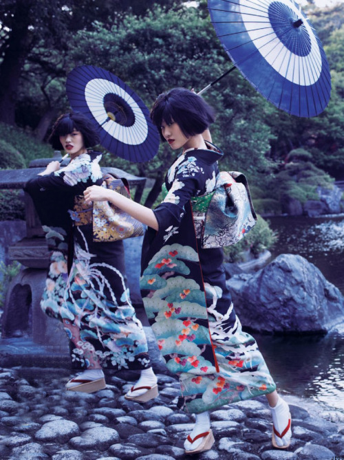 黄金の猿の秘密の, chiharu okunugi and unknown model in the traditional japanese kimono (着物) for vogue nippon, november 2012